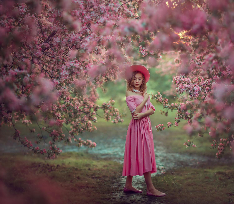 Фотосессия для девочки в розовых садах