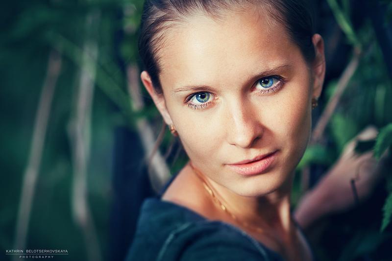 Портретная фотосессия. Портрет. Девушка в саду. Выездная фотосессия. Фотограф Катрин Белоцерковская.