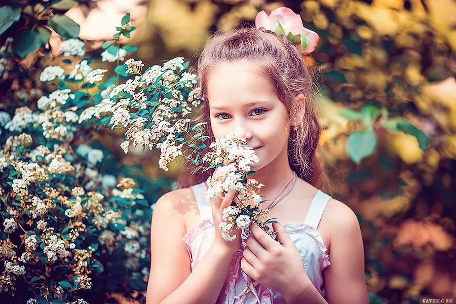 фотосессия для девочки в цветущем саду