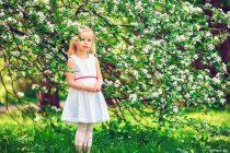 Фотосессия девочки в яблоневом саду