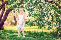 Фотосессия для маленькой Евы в цветущем саду