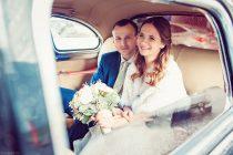 молодожены в автомобиле. Свадебная фотосессия