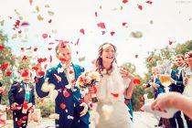 Свадебный репортаж. Лепестки, жених и невеста, счастье. Встреча у ресторана