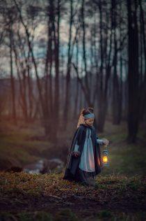фотосессия в лесу, девочка с фонарем, детская фотосессия для девочки 8 лет