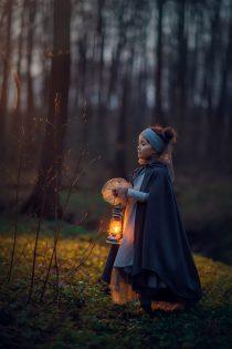 Фотосессия на природе. вечерняя фотосессия для девочки с фонарем