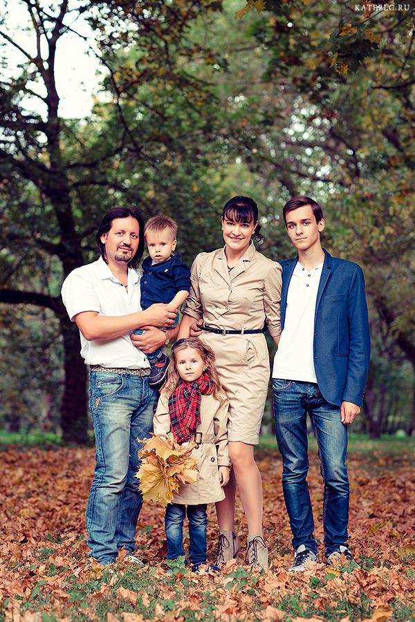 семейная фотосессия в парке осенью
