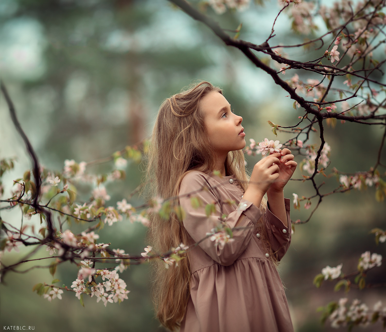 Фотосессия в цветущем парке. Детский фотограф в Москве Катрин Белоцерковская