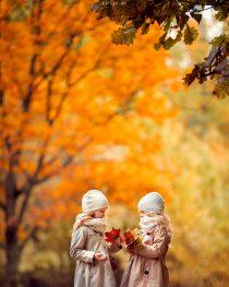желтая осенняя фотосессия для девочек на природе. Фотограф Катрин Белоцерковская
