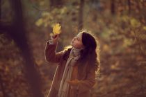 осенняя фотосессия в лесу для девочки