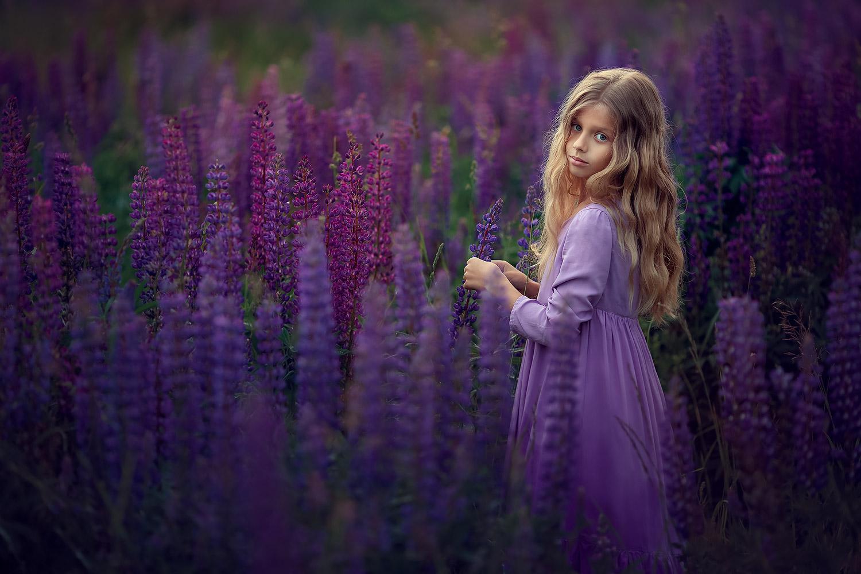Портретная фотосессия для девочки в люпинах