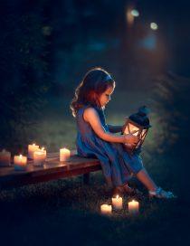 Девочка с фонариком сидит на лавочке. фотосессия со свечами