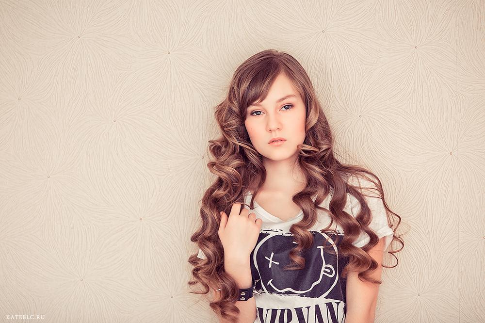 Красивая фотосессия для дочки в студии. Девочка стоит у стены.