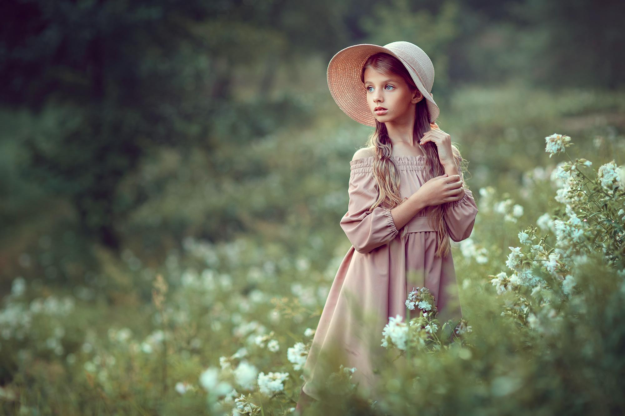 Красивая фотосессия для девочки на природе. Девочка в цветах. Детский фотограф в Москве