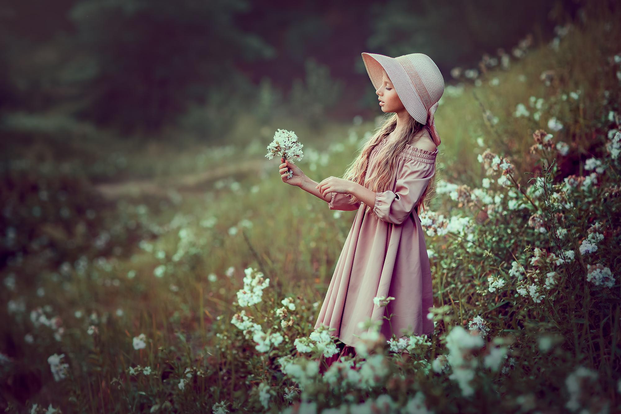Детская фотосессия для девочки 14 лет. Девочка и цветы. Фотограф Катрин Белоцерковская