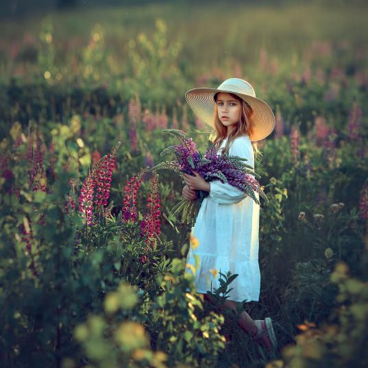 девочка в люпинах, фотосессия на природе