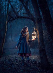 фотосессия для девушки в весеннем лесу вечером