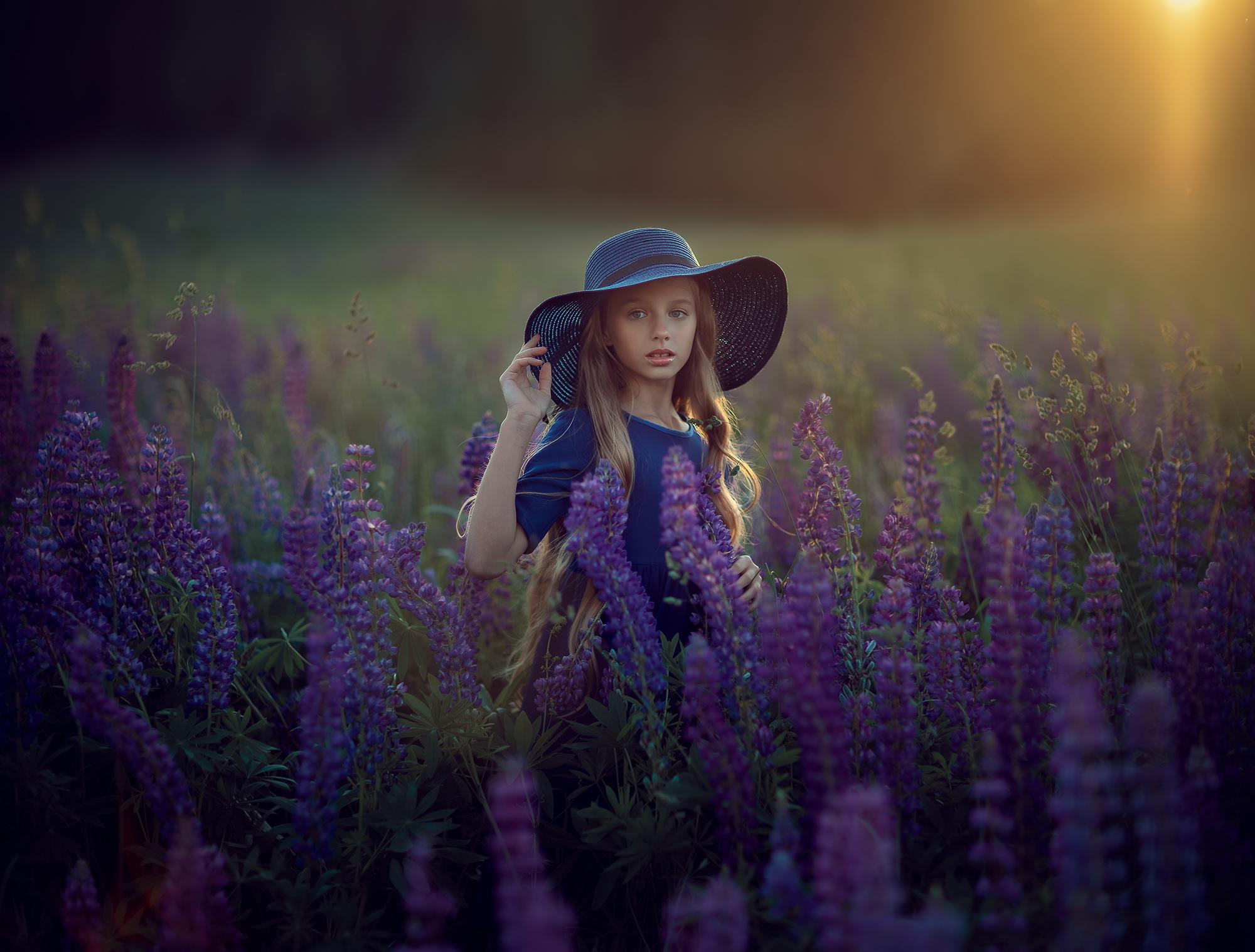 Девочка на природе в люпинах, фотосессия для детей летом.