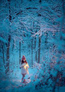 девочка в зимнем лесу с фонариком