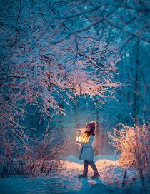 девочка в заснеженном лесу. Заказать детскую фотосессию. Фотосессия для подростков в Москве