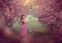 Девушка в розовом цветущем саду