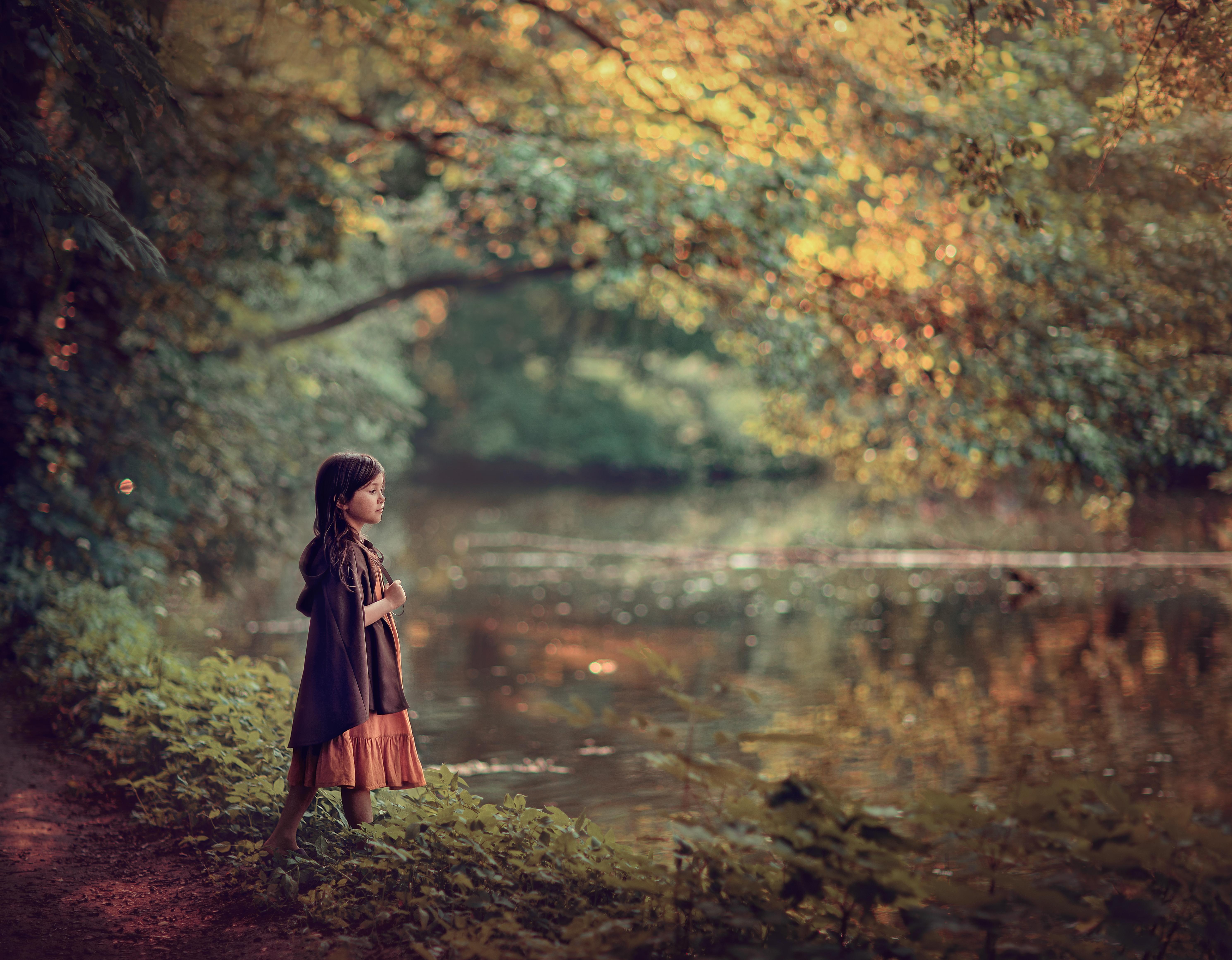 девочка на берегу озера, фотосессия за городом для девочки