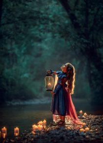 Девочка с фонарем на берегу реки. Вечерняя фотосессия в парке Москвы