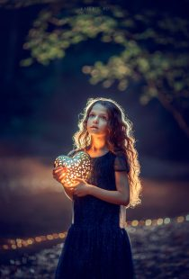 Портрет девочки с фонариком сердце на природе вечером