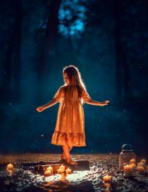 Фотосессия девочки в вечернем лесу