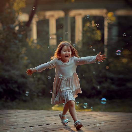 детская фотосессия с мыльными пузырями