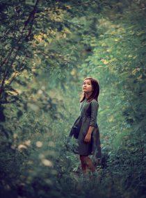 Девочка в зеленом лесу