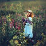 Девочка с люпинами в поле