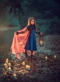 Фотосессия для девочки с фонарем и свечами вечером в парке.