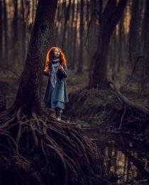 рыжая девочка в лесу у реки