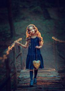 красивая девочка в синем платье с фонариком