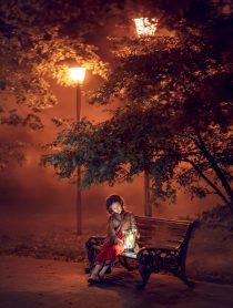 Девочка на лавочке. Вечер, фонари