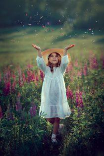 Девочка в люпиновом поле