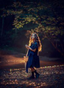 Необычная фотосессия для девочки ночью в лесу