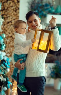 Папа и сын у новогодней елки. фотосъемка в студии