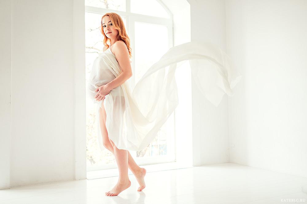 Фотосессия беременности в студии с тканью. Фотограф: Катрин Белоцерковская kateblc.ru