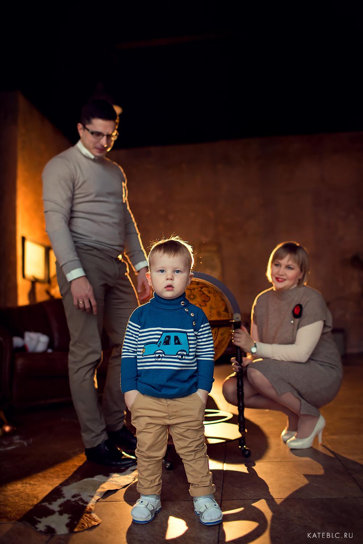 семейная фотосессия в темной студии
