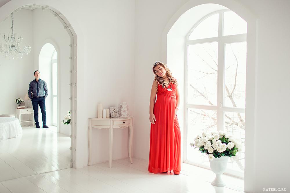 Красивая необычная фотосессия для беременной девушки в фотостудии. Девушка у окна в студии. Фотограф в Москве Катрин Белоцерковская
