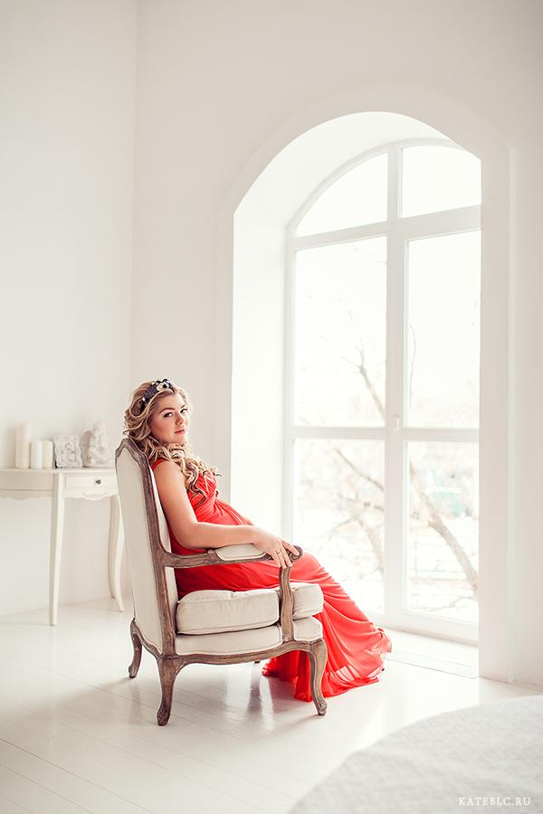 Фотосессия беременности в студии. Девушка в кресле у окна. Красивая беременность - фотосессия в Москве