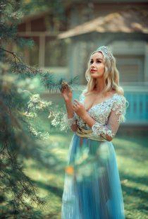 портрет девушки в лесу
