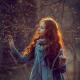 Портрет рыжей девушки в лесу