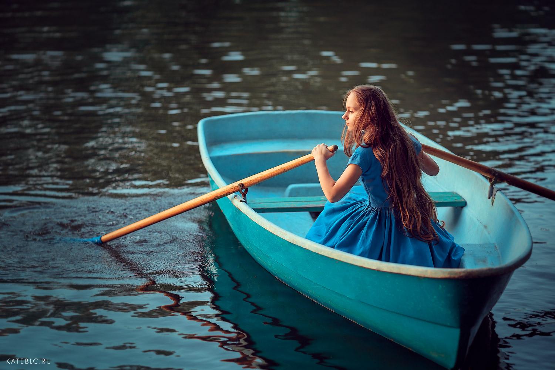 Фотосессия для девушки в лодке