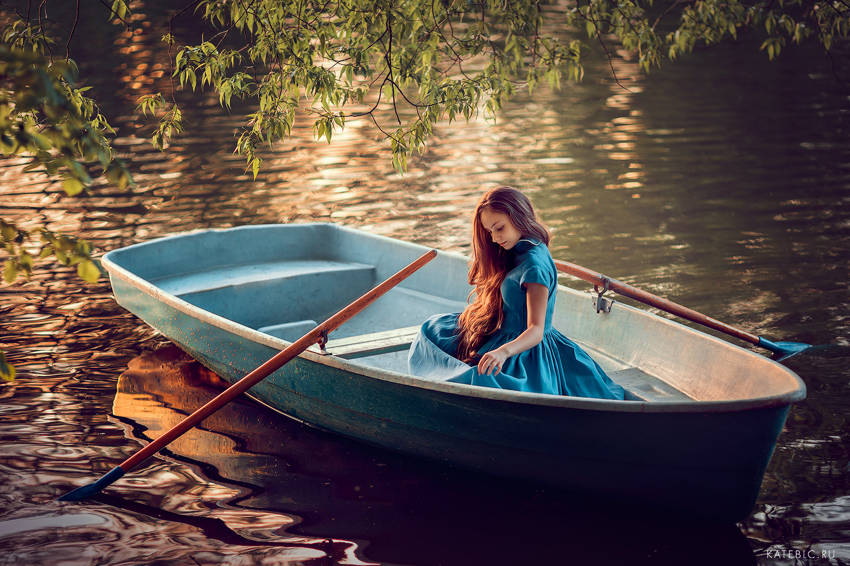 Девушка в лодке. Индивидуальная фотосессия на природе. Фотограф Катрин Белоцерковская