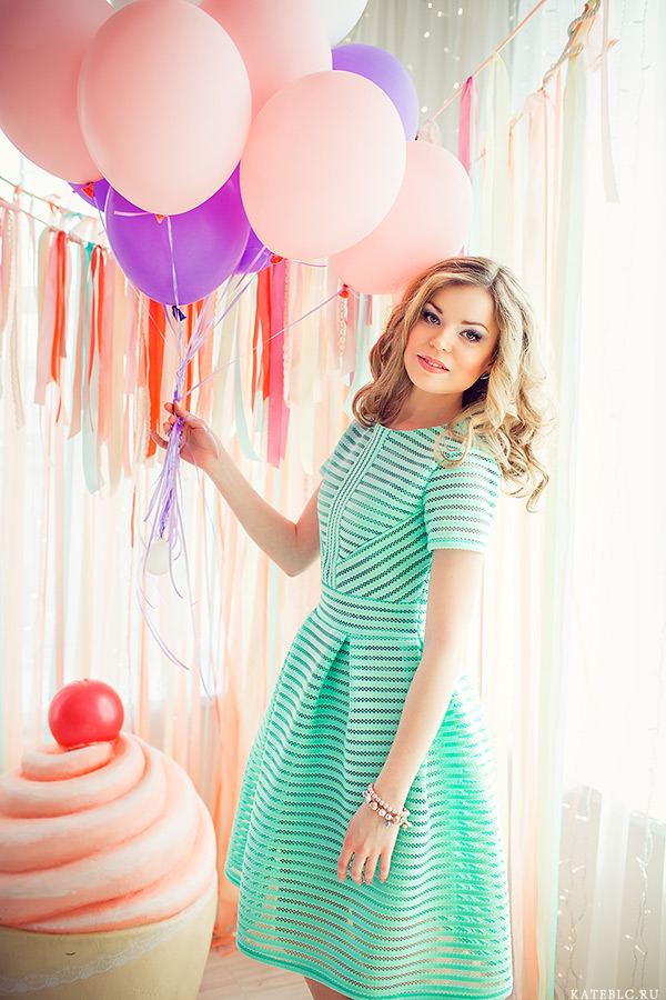 Девушка с воздушными шарами в студии