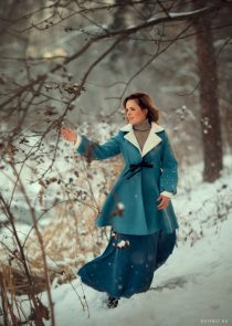Женская фотосессия в заснеженном лесу