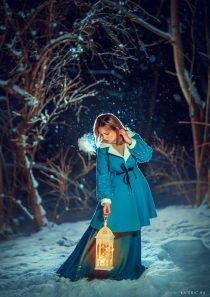 Необычная новогодняя фотосессия для девушки в парке на улице зимой