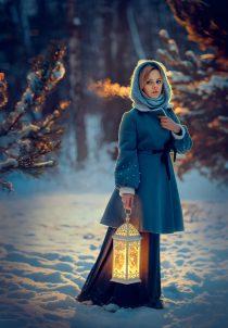 девушка в зимнем заснеженном лесу
